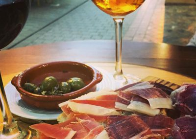 Ham, olives and a glass of tinto